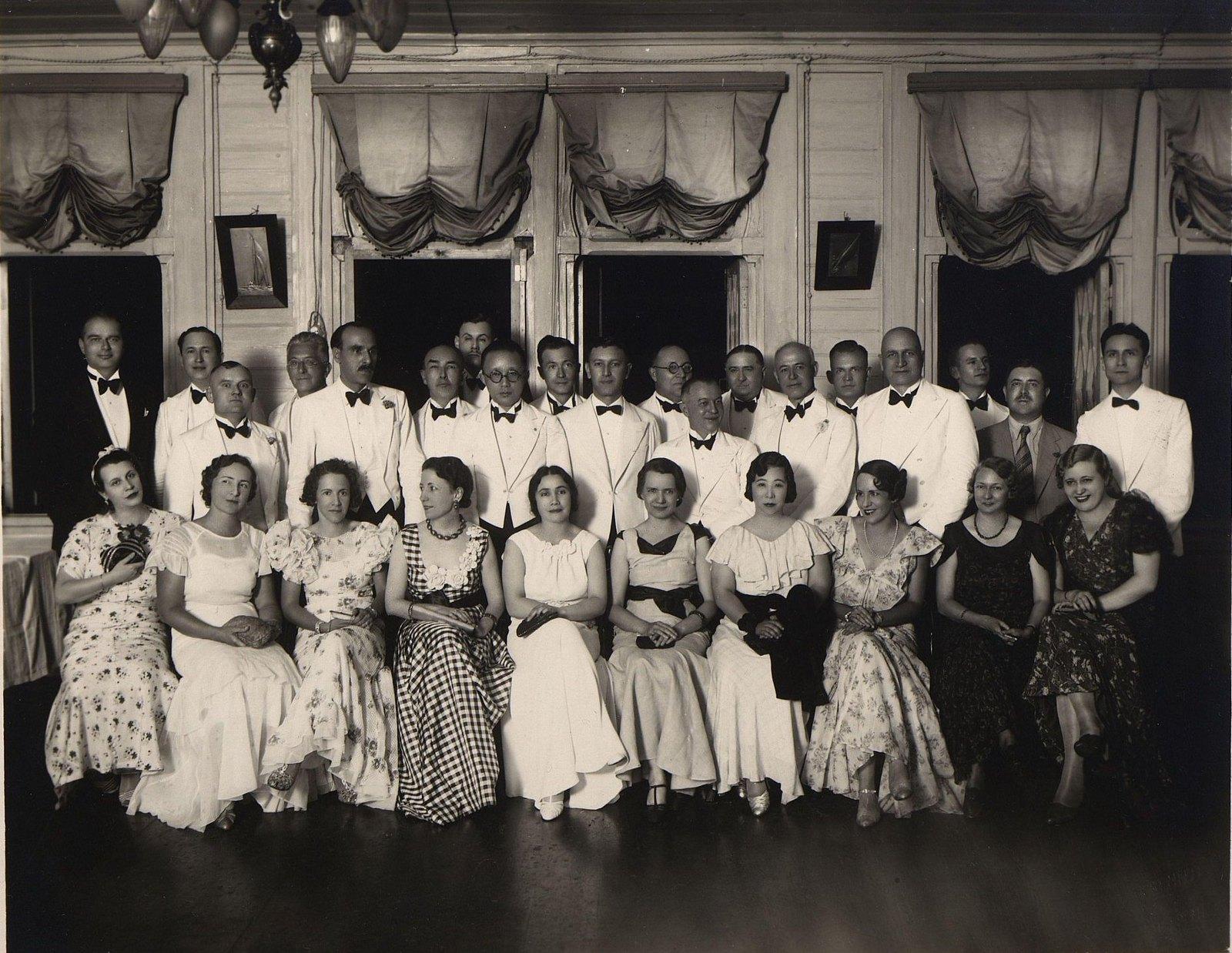 1920-1930-е. Группа дипломатов с женами. Харбин