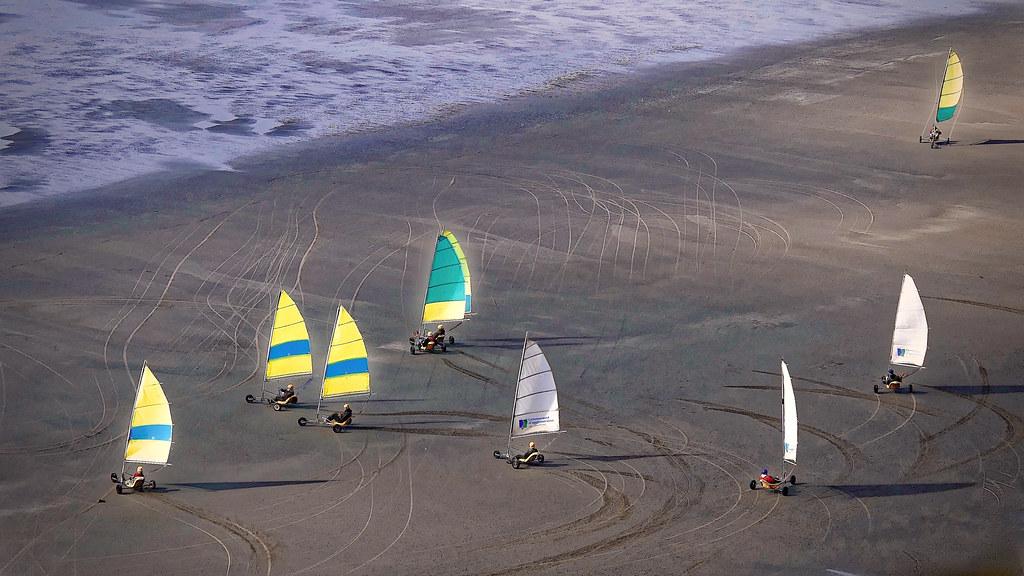 Chars à voile, vus du sentier du littoral GR120