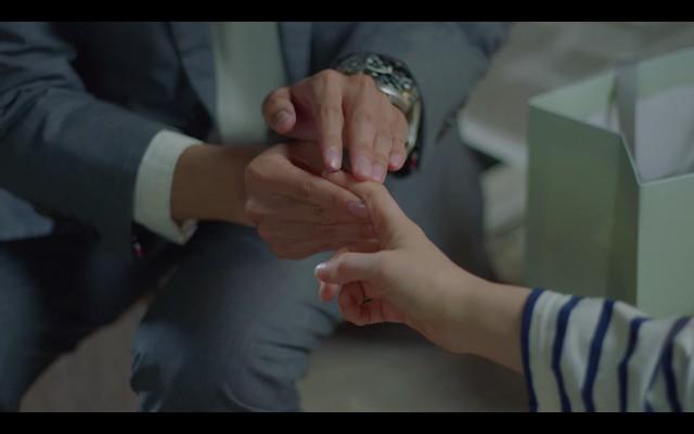 Run On奔向愛情 EP3,有人說奇善謙是不會照顧人的人,但是在遇到吳薇朱時他很快地察覺了吳薇朱手上被紙劃傷的傷口