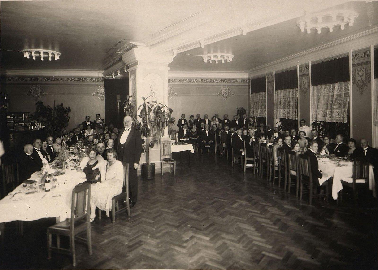 1920-1930-е. Группа дипломатов с женами. Банкет. Харбин