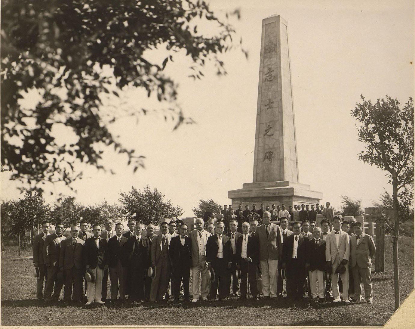 1920-1930-е. Группа дипломатов у памятника. Харбин