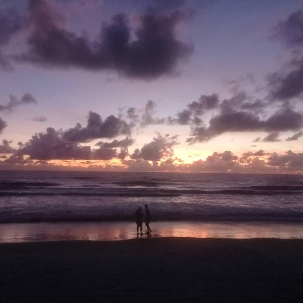 Sol nascendo as 4:40 da manhã na praia do acuipe em ilhéus..