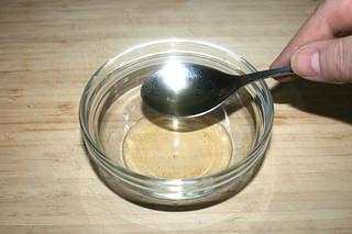 01 - Put white wine vinegar in bowl / Weißweinessig in Schale geben