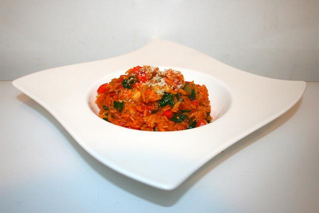 40 - Italian risoni vegetable pan with marinated chicken - Seitenansicht / Italienische Gemüse-Risoni-Pfanne mit mariniertem Hähnchen - Seitenansicht