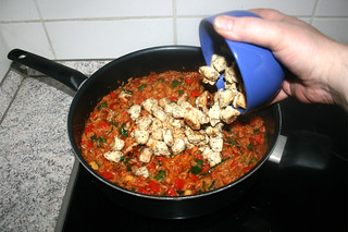 36 - Add diced chicken to pan / Hähnchenwürfel in Pfanne geben
