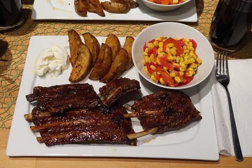 Knusprig gebratene Spareribs mit Westernkartoffeln, Schmand und Mais-Paprika-Salat (mein Teller)