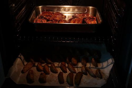 Knusprig gebratene Schweinerippchen und Westernkartoffeln (kurz bevor man sie aus dem Backofen holt)