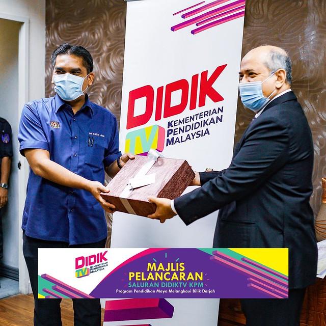 Menteri Kanan Pendidikan, Datuk Dr. Mohd Radzi Md Jidin Menerima Momento Daripada Pengerusi Kumpulan Media Prima Berhad, Datuk Syed Hussian Aljunid
