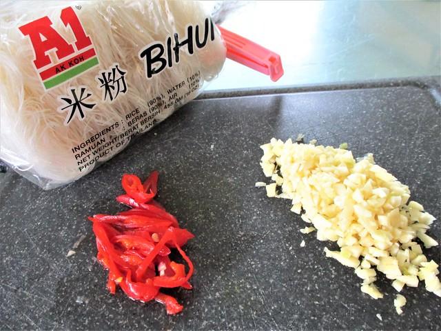 Bihun, garlic and chili