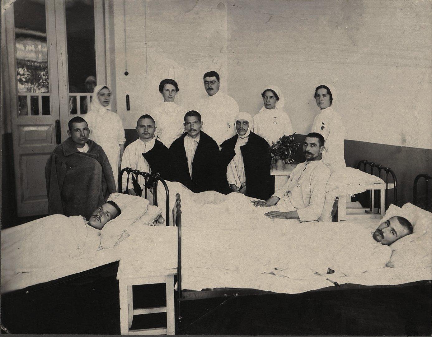 Палата для раненых. Л.Б.Гаккель 1-я справа. Смоленск. 1914