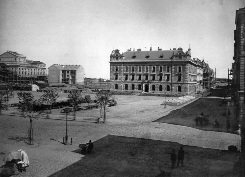 Kivágnak egy öreg platánfát a Széchenyi téren