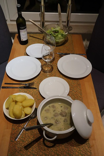 Königsberger Klopse mit Salzkartoffeln und Blattsalat