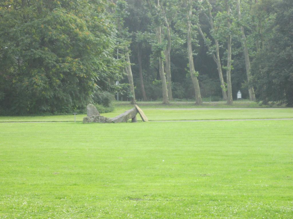 1988 Berlin-O. Große Liegende von Ulrike Truger Reinhardsdorfer Sandstein Volkspark Treptow Puschkinallee in 12435 Treptow
