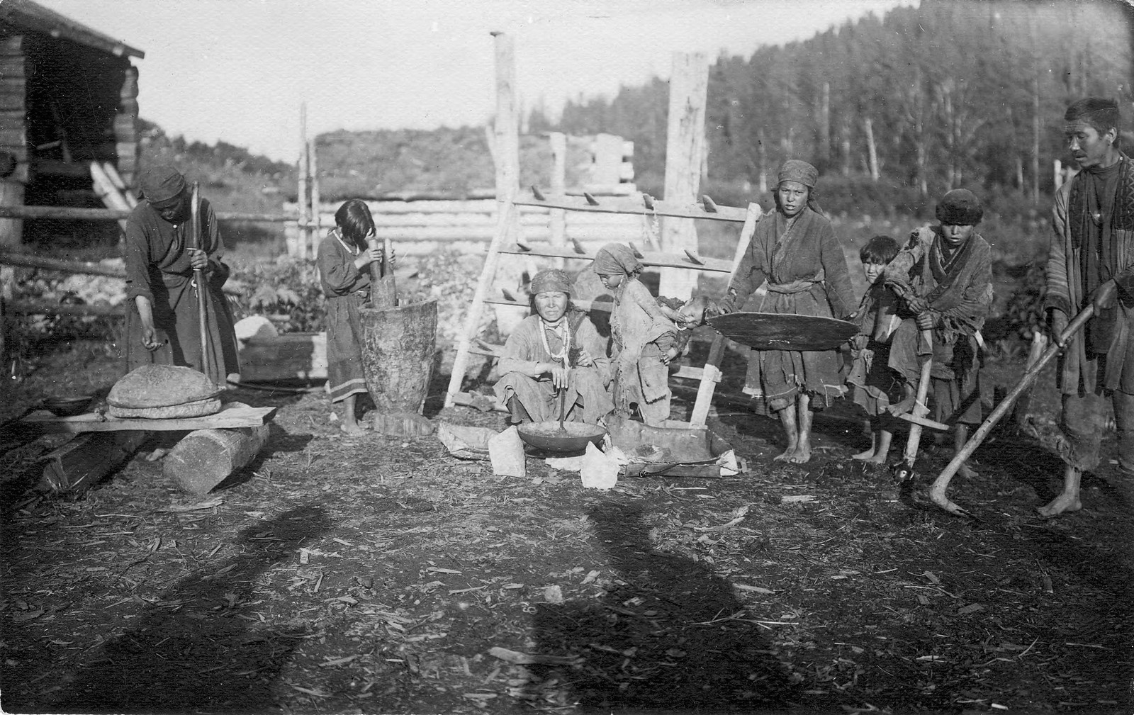 Шорцы демонстрируют основные орудия для обработки земли (мотыга - «абыл», борона) и зерна (ручная веялка, ступа, жернова).