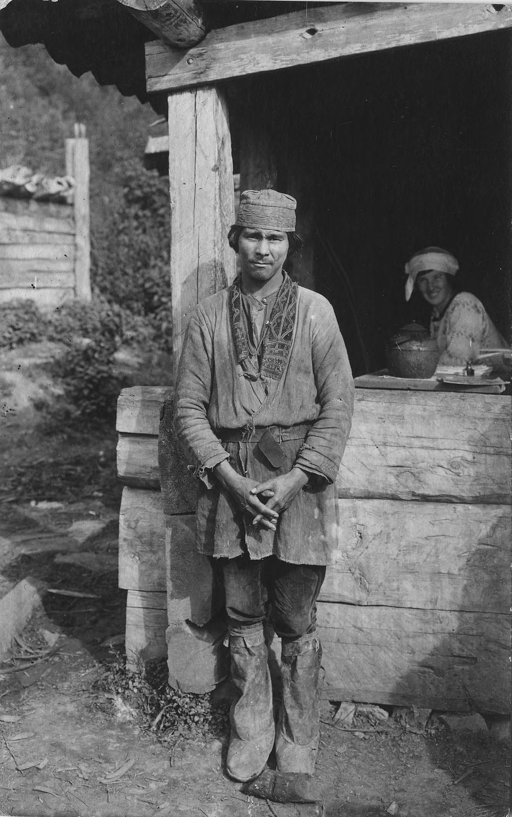 Молодой шорец в традиционной одежде.