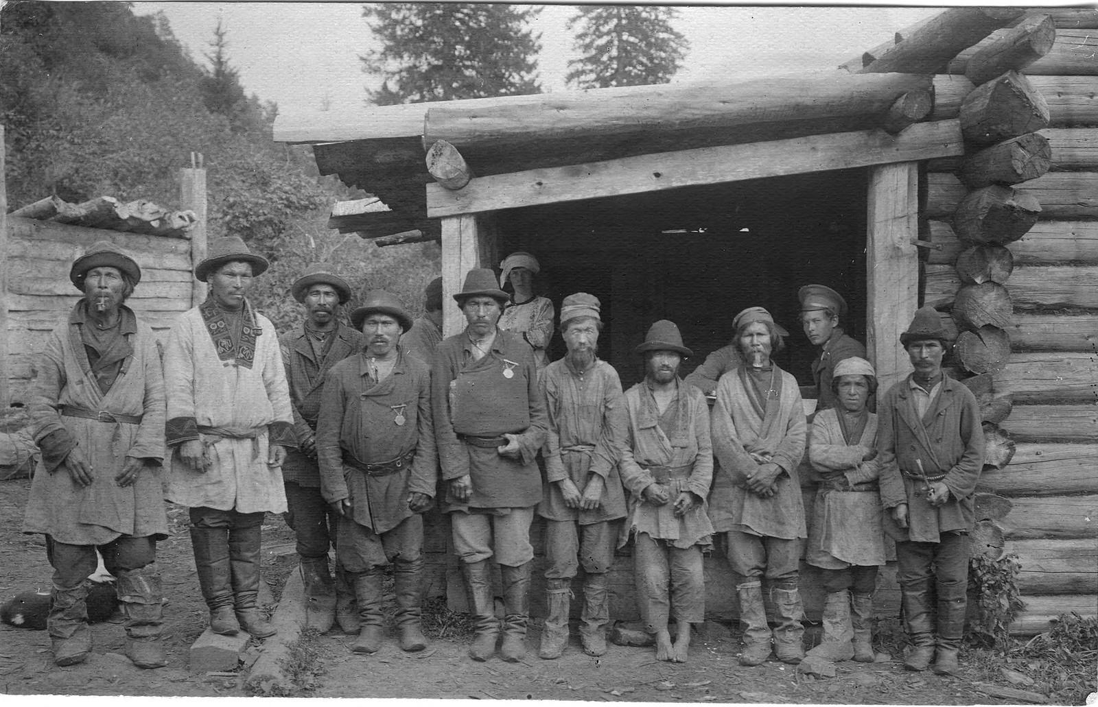 Группа шорцев со старостами у избы