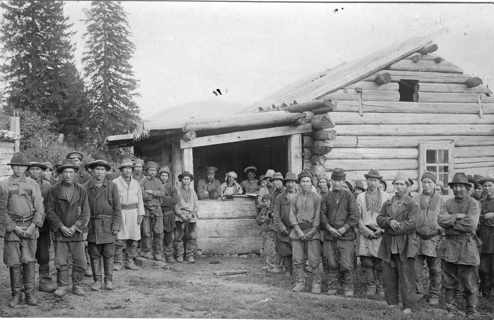 Группа шорцев и членов землеустроительной экспедиции у избы