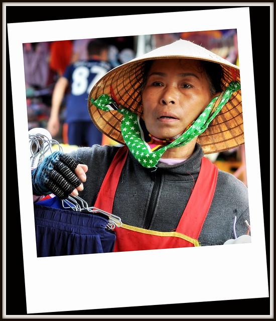 Scene au marché a Paksé au Laos .