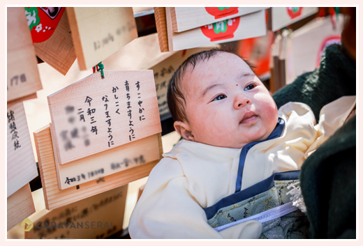 お宮参り 絵馬に願いを込めて 袴ロンパース姿の赤ちゃん