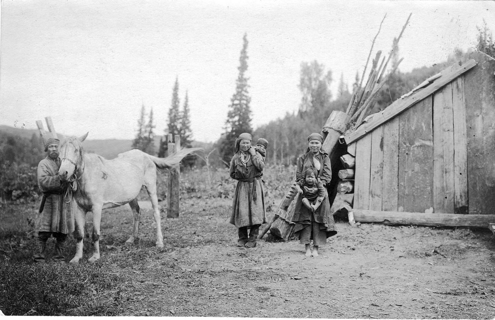 Семья шорцев у срубной юрты. Улус Кумыс