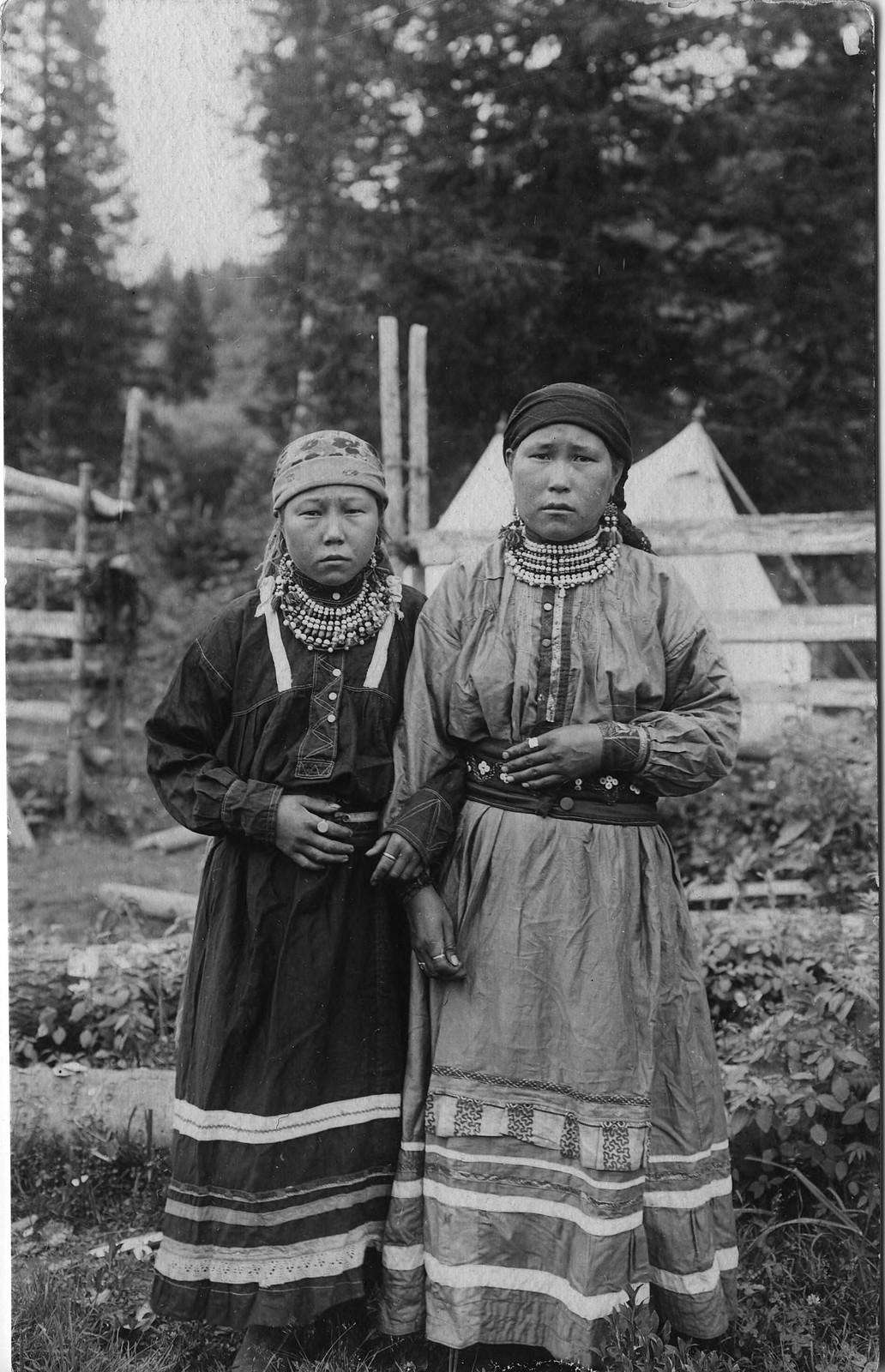 Молодые шорские девушки в традиционной, праздничной одежде. К началу XX в. традиционная одежда сохранилась только в глухих улусах в верховьях Мрассу и Кондомы