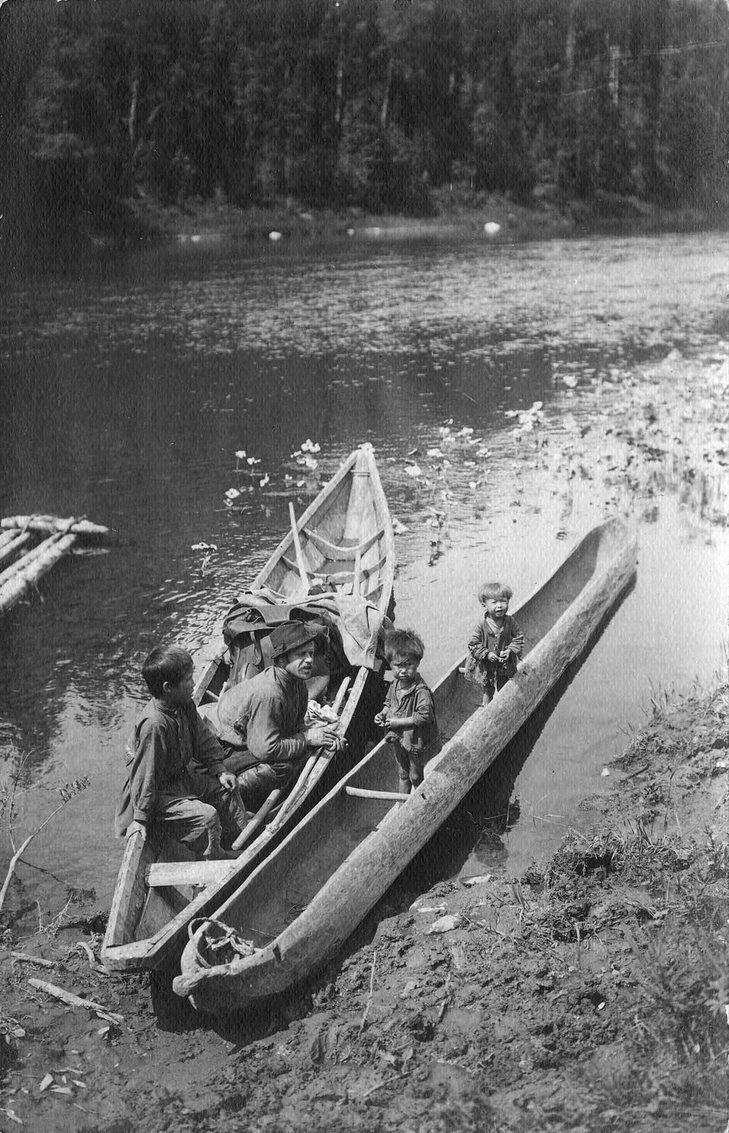 Лодки у берега реки Мрассу. Справа шорская лодка долбленка