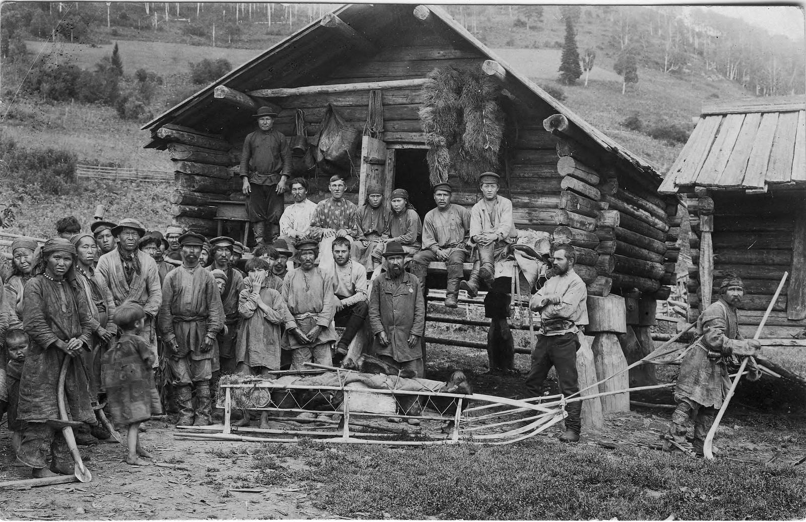 Группа шорцев из улуса Кумыс. На переднем плане охотник на лыжах с нартой за спиной демонстрирует снаряжение для зимней охоты экспедиции