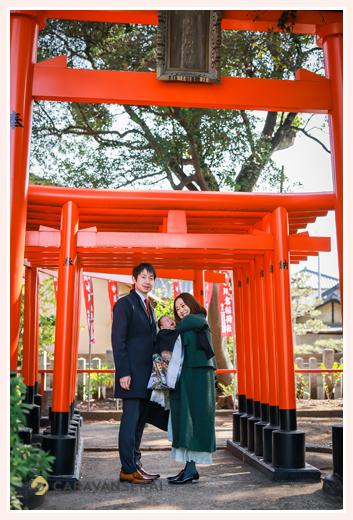 冬の川原神社へお宮参り 赤い鳥居の下で記念の家族写真