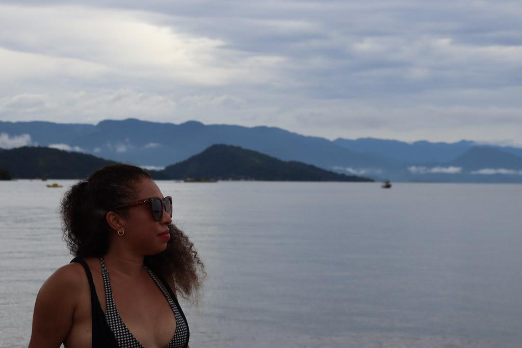 Regina contemplando a Baía
