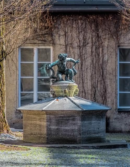 Brunnen im Hof zwischen Forum der Zukunft und dem Deutschen Museum