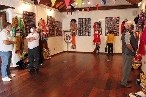 Varias personas visitan la exposición del Carnaval de Agüimes