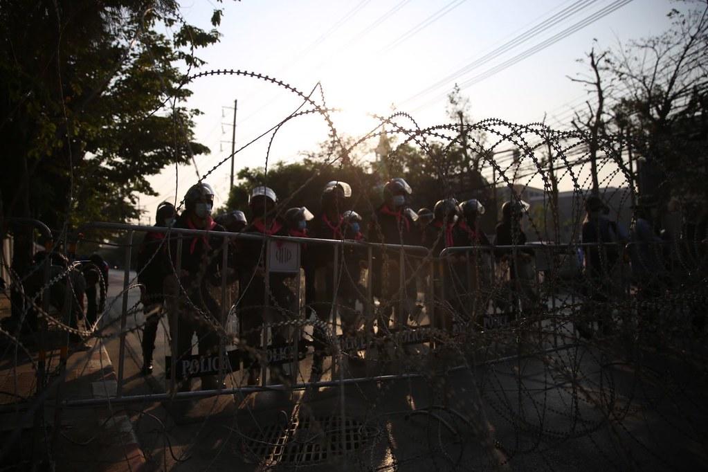 ตำรวจเตรียมกำลังควบคุมฝูงชนและรั้วลวดหนามไว้บริเวณรัฐสภา