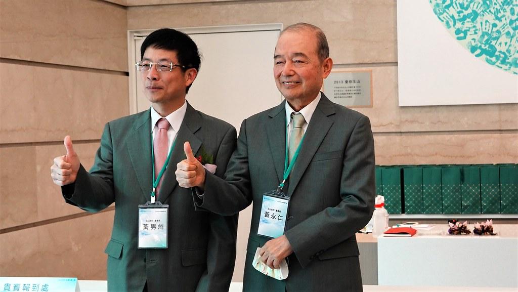 玉山銀行創辦人黃永仁(右)與玉山銀行董事長黃男州(左)。孫文臨攝