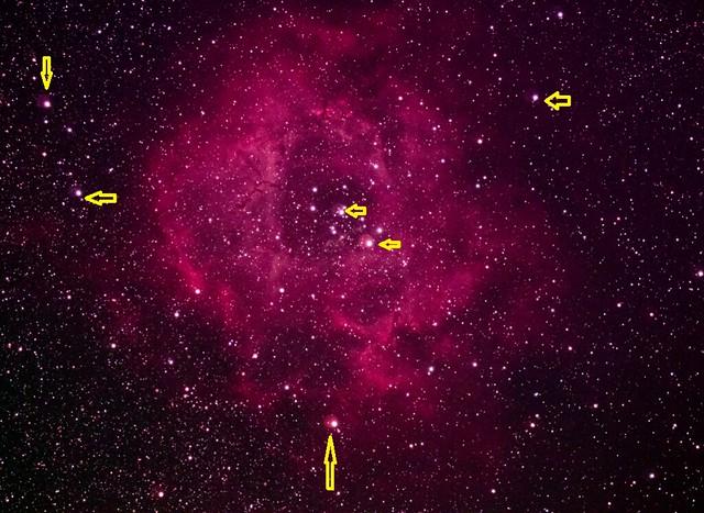 VCSE - A Rozetta-köd felvétele. A sárga nyíllal jelölt csillagok körül halo van, ami a szűrő mellékterméke (hibája), nem valós effektus - Fotó: Anonim tagtársunk