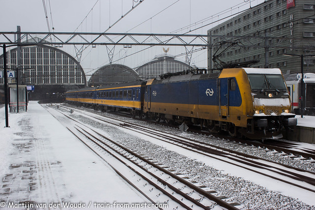 20210207_NL_Amsterdam-Centraal_NS Trax 186 008 with IC to Bruxelles covered in snow and ice