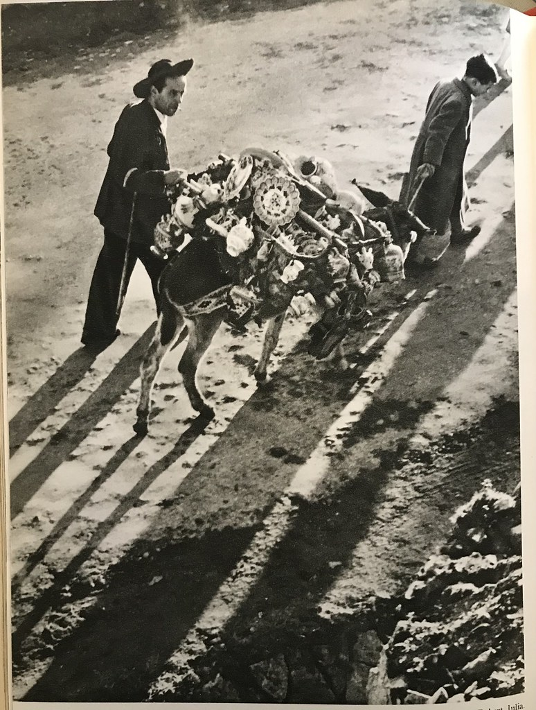 El señor Cardeña con su burro para vender cerámica de forma ambulante. Años 50, fotografía de Robert Julia.
