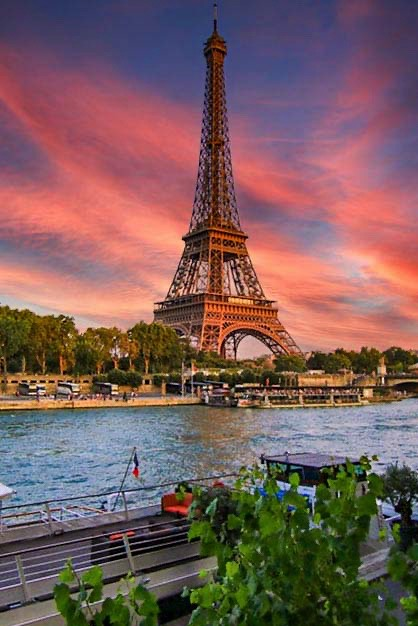 ATARDECIENDO EN PARIS