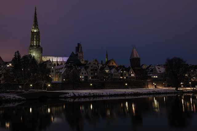 Ulms nächtliche Skyline im Winter