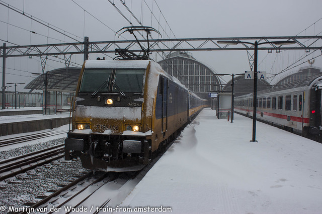 20210207_NL_Amsterdam_Centraal_NS Trax 186 008 with IC to Bruxelles covered in snow and ice