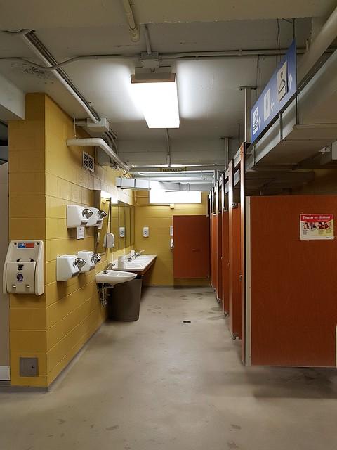 Les Toilettes Des Femmes De La Piscine Miner. 2020 12 30 20:04.09