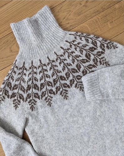 I saw this beautiful Holly Sweater by Hanne Rimmen knit by @orsaknits on Instagram using Garnstudio Drops Air!