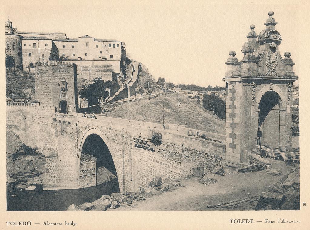 """Puente de Alcántara en Toledo hacia 1924. Fotografía de F. R. Yerbury publicada en 1925 en """"Lesser known architecture of Spain"""". Colección de Eduardo Sánchez Butragueño."""