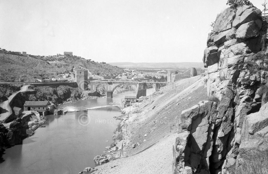 Puente de san Martín desde el entorno de la Roca Tarpeya. Fotografía de Francis Rowland Yerbury hacia 1924 © Architectural Association School of Architecture, signatura SPMED346-1