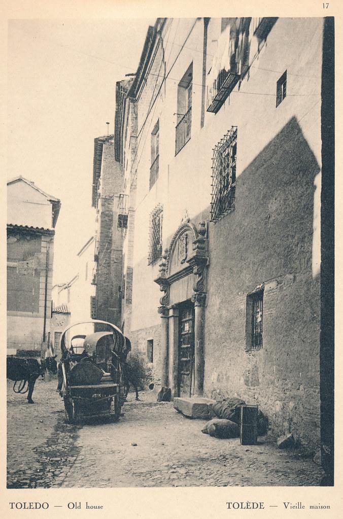 """Carro y portada en la calle Trastámara de Toledo en septiembre de 1924. Fotografía de F. R. Yerbury publicada en 1925 en """"Lesser known architecture of Spain"""". Colección de Eduardo Sánchez Butragueño."""