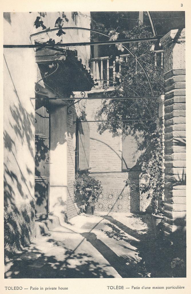 """Patio de la casa de Julio Pascual en Toledo en septiembre de 1924. Fotografía de F. R. Yerbury publicada en 1925 en """"Lesser known architecture of Spain"""". Colección de Eduardo Sánchez Butragueño."""