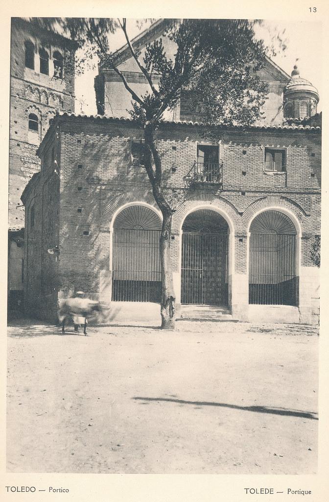 """Iglesia de Santo Tomé, acceso desde la Plaza del Conde, en Toledo hacia 1924. Fotografía de F. R. Yerbury publicada en 1925 en """"Lesser known architecture of Spain"""". Colección de Eduardo Sánchez Butragueño."""
