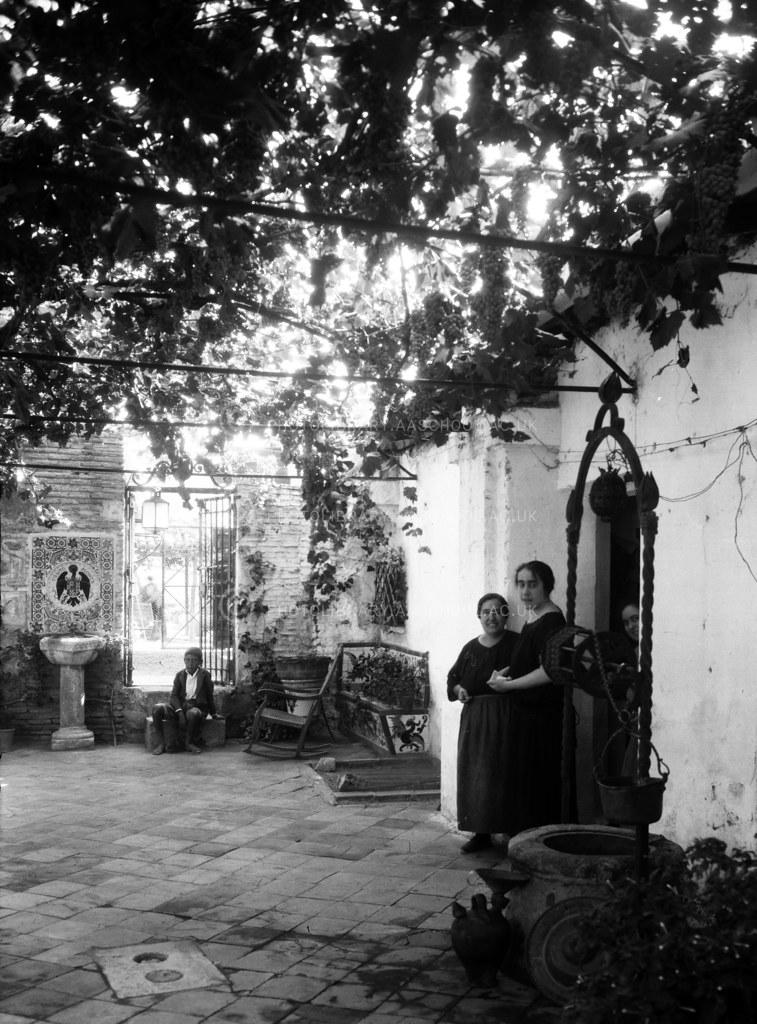 Patio de la casa de Julio Pascual. Fotografía de Francis Rowland Yerbury hacia 1924 © Architectural Association School of Architecture, signatura SPTP480-1B