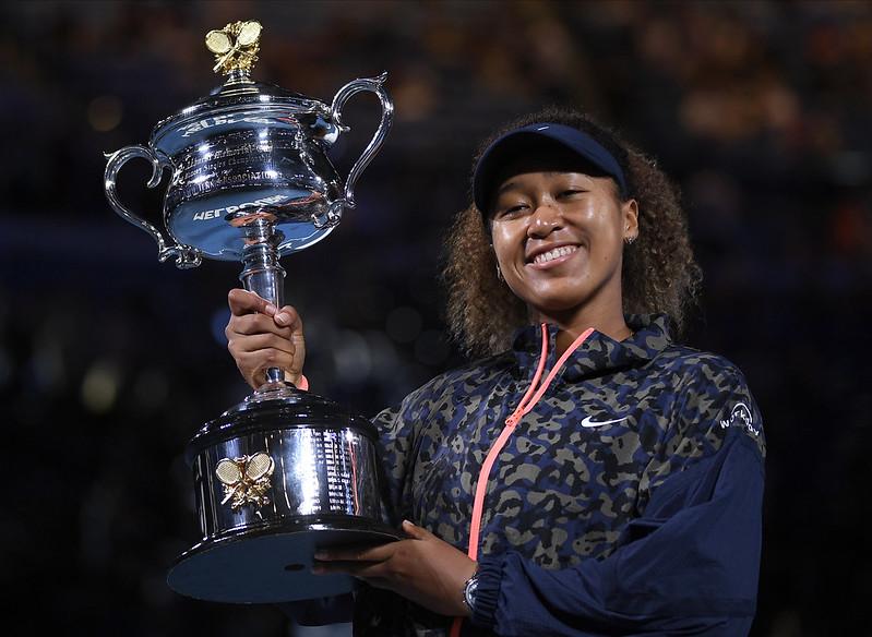 大坂直美捧起澳網冠軍獎盃。(達志影像)