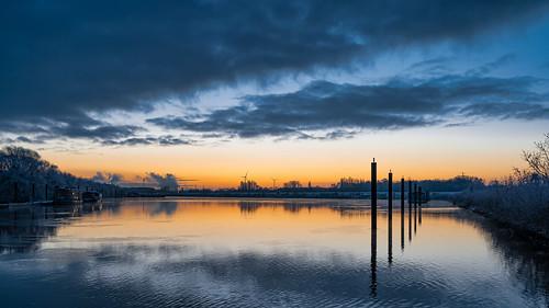 hamburg wilhelmsburg nikon z6 nikkor 1430mm spreehafen winter 2021 sunrise sonnenaufgang schnee snow reflection reflektion reflexion wolken clouds hafen