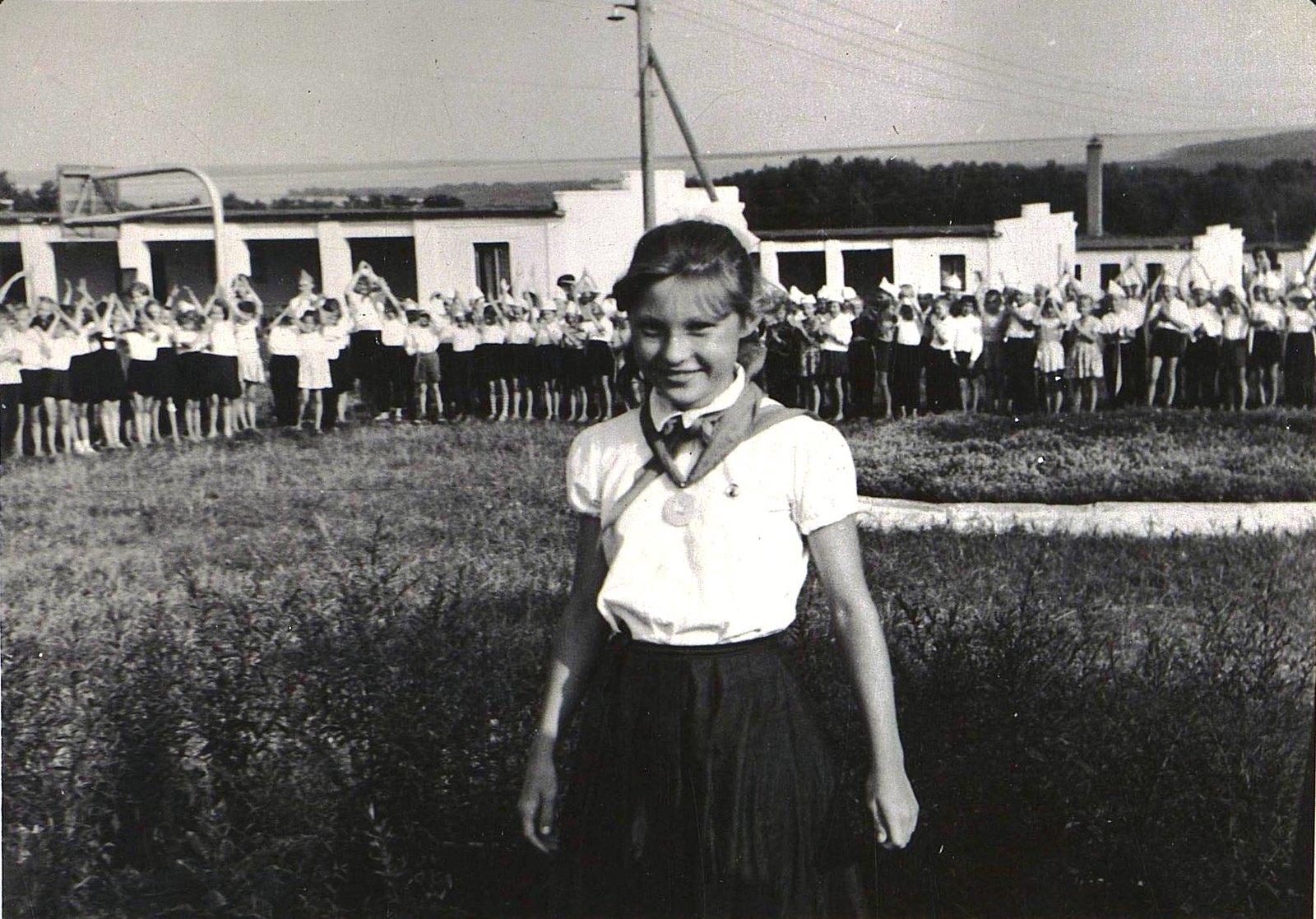 05. Пионерка, награждённая медалью